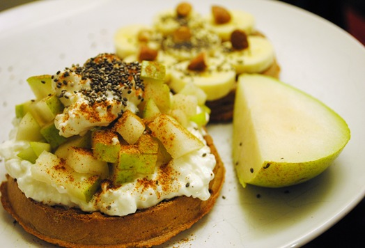 Vans waffle with cottage cheese, pear and almonds