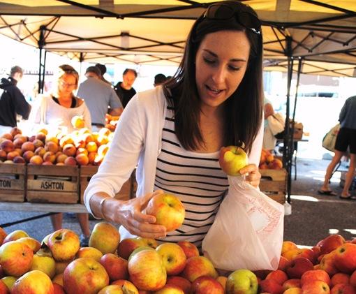 K at farmer's market with honeycrisp apples